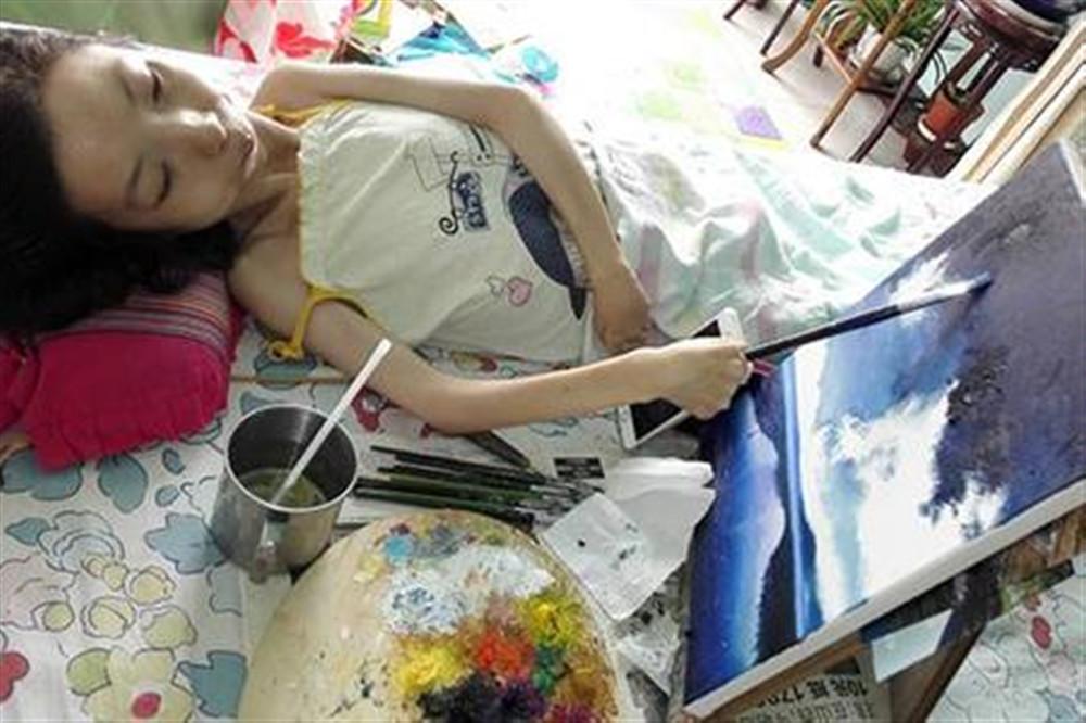 病床上的梵高:身残志坚自学画画30多年,用画笔绘就崭新人生!
