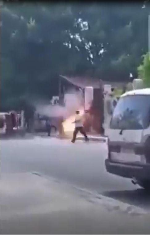 叙利亚两男子吵架在法院门口引爆手榴弹,悲剧瞬间发生!