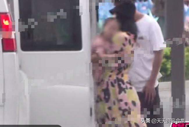 张杰谢娜带双胞胎女儿逛街被拍,女儿正脸五官清秀像妈妈,画面温馨